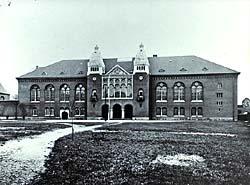 Holm-bygningen umiddelbart før indflytningen i 1906. Klik for større billede